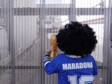 Maradona sigue acumulando acólitos a las puertas del hospital.