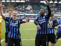 Club Brugge-spelers Stefano Denswil (r.) en Timmy Simons (l.) vieren een feestje na de 2-1 winst tegen Standard Luik. (06-04-2015)