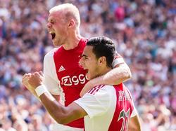 Waar de 1-0 nog gemaakt werd door Anwar El Ghazi (r.) op aangeven van Davy Klaassen, is het bij de 2-0 andersom. De aanvoerder van Ajax schiet zijn club na twintig minuten op een 2-0 voorsprong tegen ADO Den Haag. (30-08-2015)