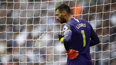 Lloris se refresca bajo los palos del Tottenham. (Foto: Getty)