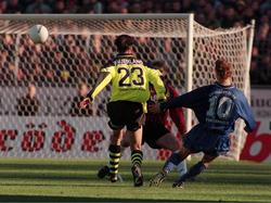 Rudi Thömmes stellt mit einem herrlichen Außenristschlenzer auf 1:0 gegen Borussia Dortmund