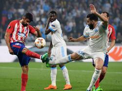 Rami pugna el cuero con el atlético Diego Costa.