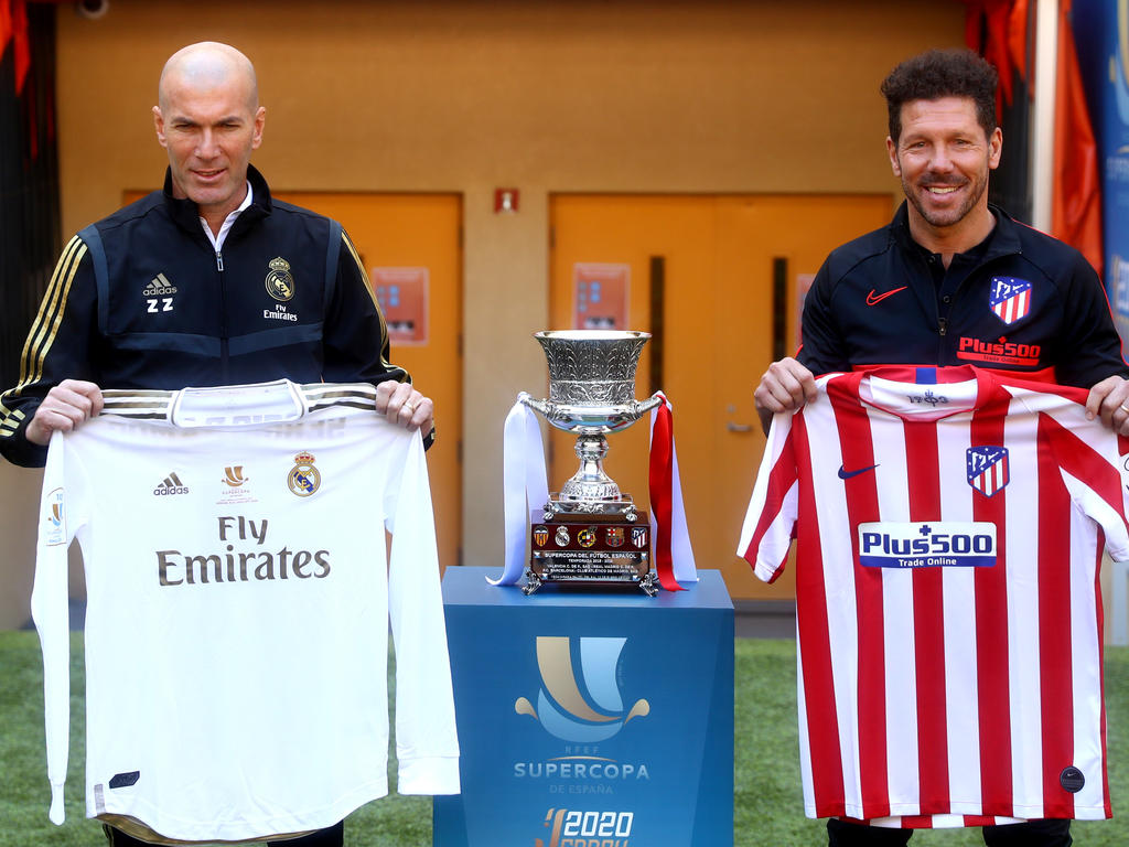 Simeone y Zidane posan con la Supercopa.