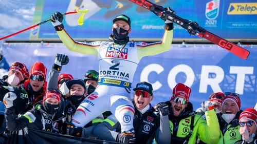 Andreas Sander lässt sich nach seinem 2. Platz bei der Ski-WM feiern