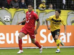 Michael Timisela (r.) blijft in het duel VVV-Venlo - FC Twente scherp op de bal. Nacer Chadli houdt de focus en balbezit. (06-05-2012)