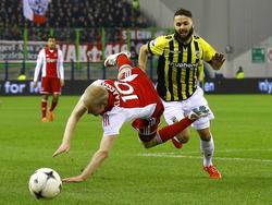 Vitesse-verdediger Rochdi Achenteh (r.) kegelt Ajacied Davy Klaassen (l.) onderuit.