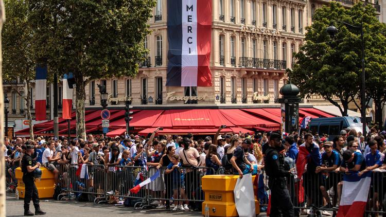 Hunderttausende Fans erwarten die französische Mannschaft in Paris