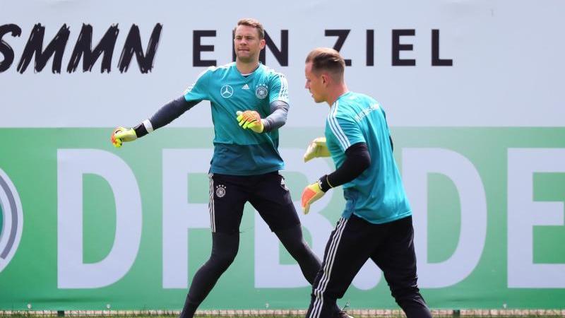 Die beiden Nationaltorhüter Marc-André ter Stegen (r.) und Manuel Neuer sind angeschlagen