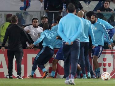 Los compañeros del Marsella intentan separar a Evra del aficionado. (Foto: Imago)