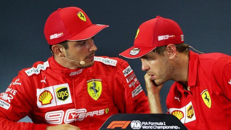 Sebastian Vettel und Charles Leclerc (l.) im Gespräch