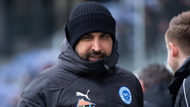 Ismail Atalan unterschreibt in Halle