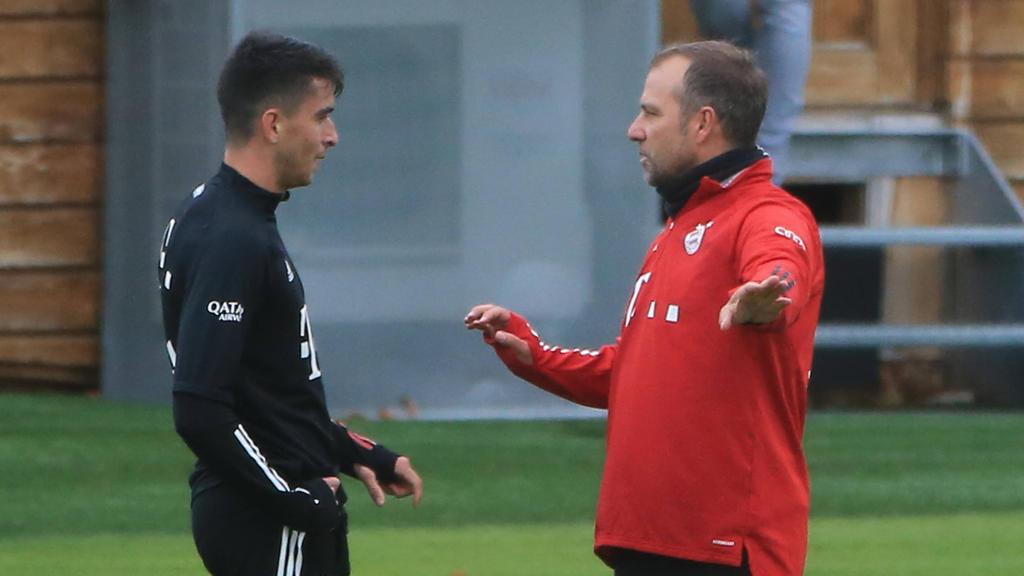 Hansi Flick (r.) vom FC Bayern hat sich vor dem DFB-Pokalspiel zu Wort gemeldet