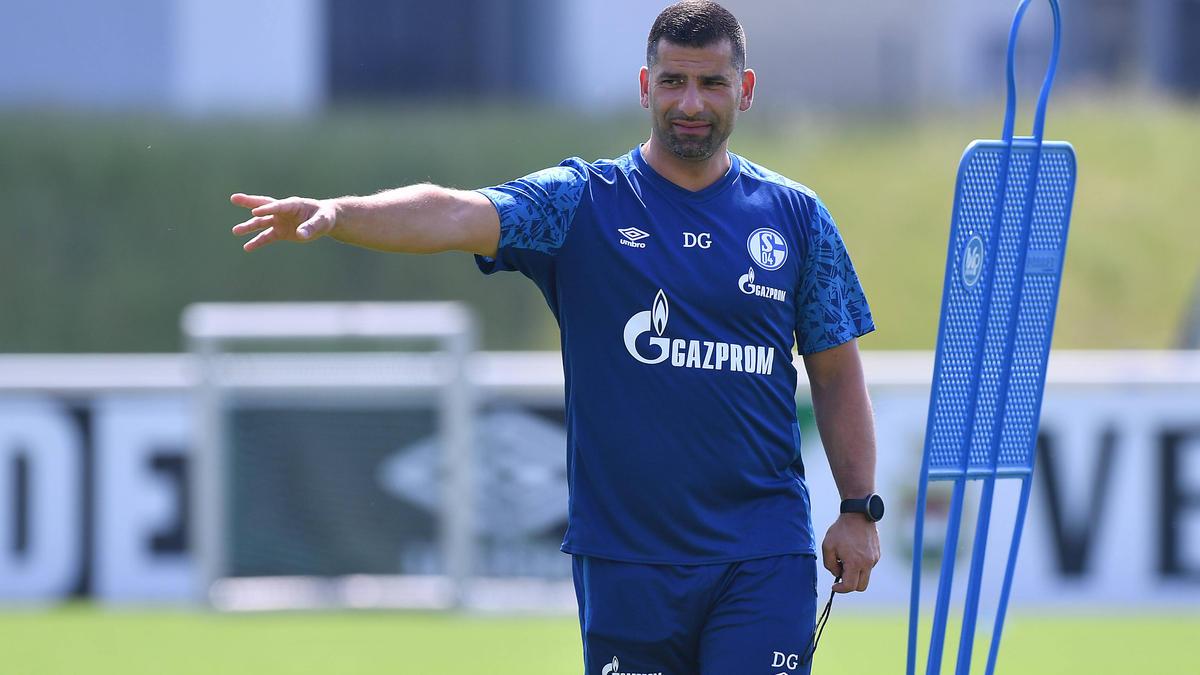 Dimitrios Grammozis begrüßt mit Yaroslav Mikhailov einen Trainingsgast beim FC Schalke 04