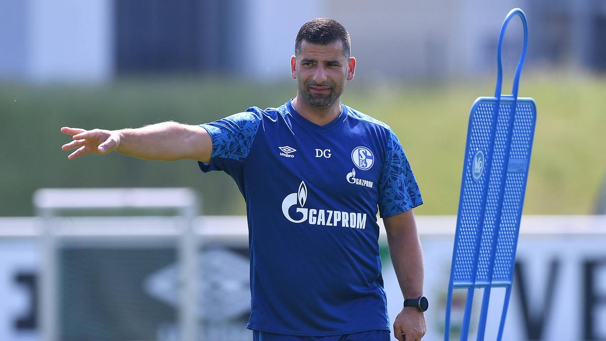 Dimitrios Grammozis hat mit dem FC Schalke 04 das Training aufgenommen