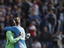 Kenneth Vermeer (l.) en Jasper Cillessen (r.) geven elkaar een knuffel na afloop van Feyenoord - Ajax. Foto van de Week. (21-09-2014)