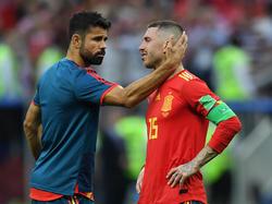 Sergio Ramos (re.) muss getröstet werden