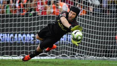 El arquero Petr Cech hace un paradón contra el Atlético. (Foto: Getty)