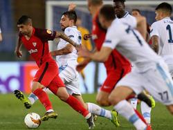 Banega lleva el cuero ante la Lazio en la Europa League.