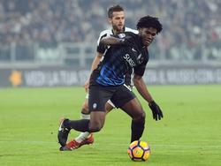 Franck Kessié (r.) vecht een duel uit met Miralem Pjanić (l.) tijdens het competitieduel Juventus - Atalanta Bergamo (03-12-2016).