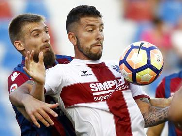 Borja Lázaro aguanta un balón en la victoria del Huesca en Valencia (Foto: Imago)