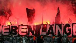 Pyrotechnik im Fanblock von Eintracht Frankfurt