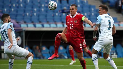 Artem Dzyuba (M.) brachte Russland in der 26. Minute in Führung und erhöhte neun Minuten später