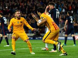 Luis Suárez y Jordi Alba celebran el gol del 1-1. (Foto: Getty)