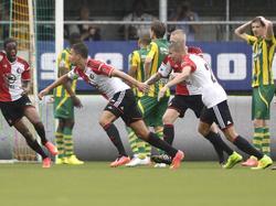 Feyenoord is door het dolle heen nadat Mitchell te Vrede in de blessuretijd de 0-1 tegen de touwen kopt tijdens ADO Den Haag - Feyenoord. (10-08-2014)