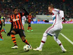 Fred (izq.) intenta quitarle el cuero a Ribéry en la Champions. (Foto: Getty)