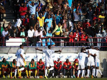 Ergens in het groepje spelers (r.) staat Jordan Botaka, speler van Exelsior. De aanvaller heeft zojuist zijn eerste interlanddoelpunt gemaakt voor DR Congo, in de oefeninterland tegen Kameroen. (09-06-2015)