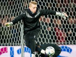 Maarten de Fockert laat zien dat keepers lang niet altijd hun handen nodig hebben om een redding te verrichten. De tweede doelman haalt tijdens het inschieten voor het duel met PSV een trucje uit de kast. (12-03-2016)