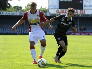 FC Emmen en FC Groningen werken voor het seizoen 2015/2016 een oefenwedstrijd af tegen elkaar. Rick ten Voorde (l.) duelleert hier met Henk Bos (r.). (11-07-2015)