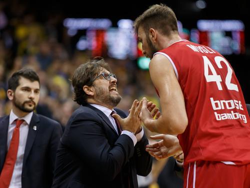Andrea Trinchieri (m.) verliert mit Bamberg in Kaunas