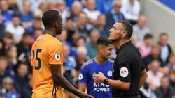 Willy Boly diskutiert mit Schiri Marriner