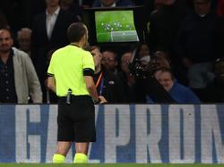 El colegiado mira una acción dudosa en el Chelsea-Valencia del Grupo H de UCL.