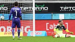 Osnabrücks Torwart Laurenz Beckemeyer sitzt nach dem 1:0 für Heidenheim geschlagen auf dem Rasen