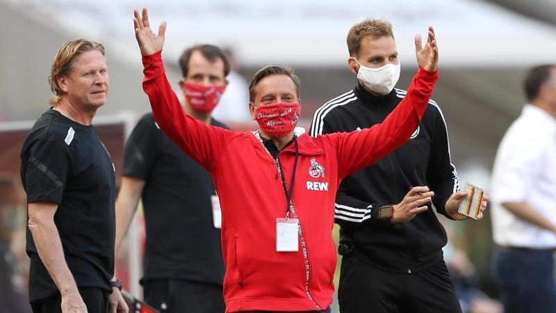 Kölns Sportdirektor Horst Heldt regt sich über die Mainzer Auswechslungen auf
