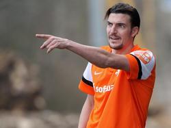 Benjamin Gorka vom SV Darmstadt 98 gibt Kommandos