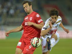 Kampf um den Ball zwischen Berat Sadik und Andrés Lamas