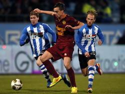 Mitchel Paulissen (m.) ontkomt aan de inspanningen van Jason Bourdouxhe (.) en Jens van Son tijdens FC Eindhoven - Roda JC. (06-02-2015)