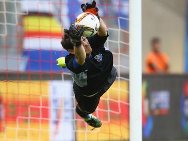 Casillas vuela para atrapar un cuero como meta del Oporto. (Foto: Getty)