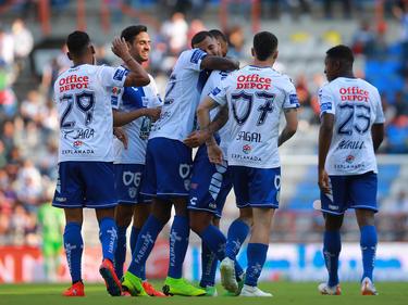 Edwin Cardona es felicitado por sus compañeros por su gol. (Foto: Getty)