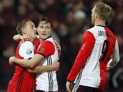 Jens Toornstra (l.) wordt omhelsd door Steven Berghuis. Ook Nicolai Jørgensen komt het doelpunt van Feyenoord vieren. (21-01-2017)