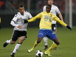 Jamiro Monteiro (r.) wordt achtervolgd door Yassin Ayoub (l.) in de kwartfinale van de KNVB beker. (25-01-2017)