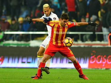 Deniz Türüç (r.) moet alle zeilen bijzetten om Fernandão (l.) van de bal te houden tijdens het competitieduel tussen Kayserispor en Fenerbahçe. (29-01-2017)