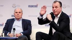 Bayerns Ehrenpräsident Uli Hoeneß (l.) steht Clemens Tönnies bei