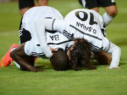Demba Ba von Beşiktaş bejubelt gemeinsam mit Olcay Şahan sein Tor