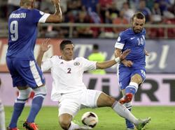 Vitālijs Maksimenko probeert met een sliding het schot van Dimitrios Salpingidis (r.) te blokkeren tijdens het WK-kwalificatieduel Griekenland - Letland. (10-09-2013)