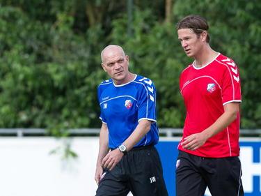 Alje Schut (r.) spreekt met trainer Jan Wouters op de eerste training van FC Utrecht in het seizoen 2012-2013. (30-06-2012)