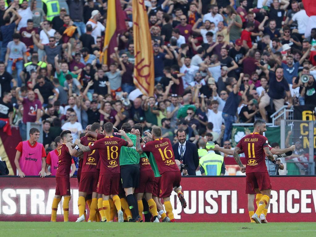 Los jugadores de la Roma celebran el tercer gol en el derbi. (Foto: Getty)
